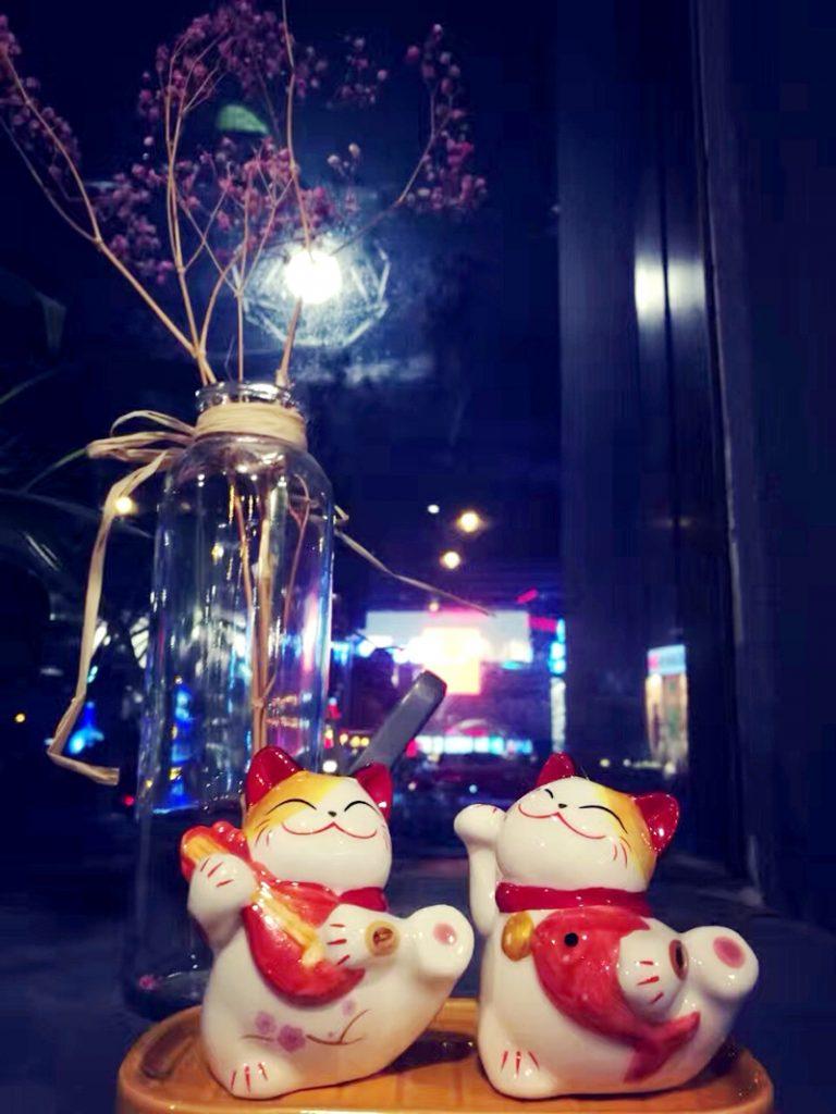 鯛を持って踊る招财猫(Zhāo cái māo):招き猫