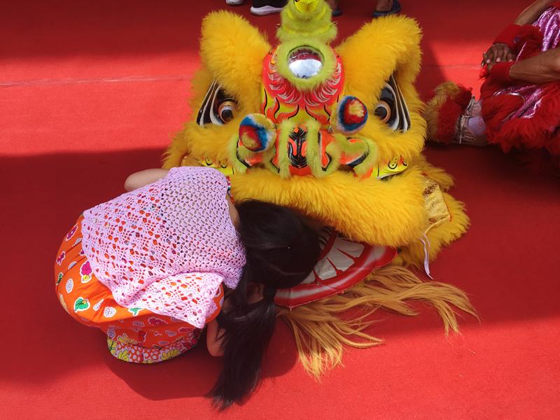狮子舞(Shīziwǔ)に興味津々